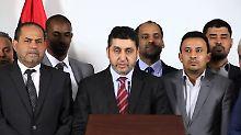 Mitglieder nicht anerkannten libyschen Gegenregierung, in ihrer Mitte Regierungschef Chalifa Ghweil