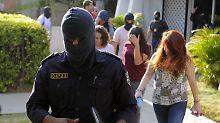 Polizeibeamte gehen in der Kanzlei Mossack Fonseca vermummt zu werke, dass ihnen nach der Razzia keine Repressalien drohen.