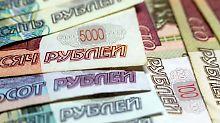 Seit Ende der vergangenen Woche hat die Ankündigung neuer US-Sanktionen gegen Russland die Landeswährung um mehr als 11 Prozent einbrechen lassen.