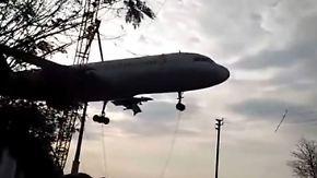 Kaum zu glauben, aber wahr: Airbus kracht mitsamt Kran zu Boden