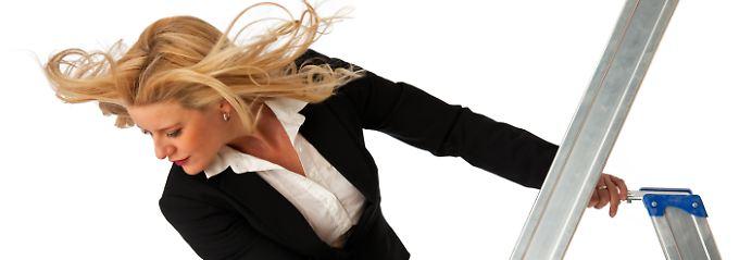 Wenn Frauen nur still alles erledigen, was sie erledigen sollen, kommen sie auf der Karriereleiter nicht sehr weit.