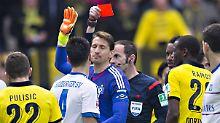Notbremse? Schiedsrichter Marco Fritz sagt ja und zeigt Hamburgs Torhüter René Adler die Rote Karte.