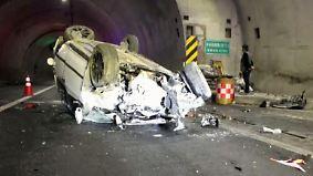 Kaum zu glauben, aber wahr: Auto rast mit hoher Geschwindigkeit gegen Tunnelwand