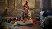 Ein Sadhu, oder auch Heiliger Mann, bezeichnet einen hinduistischen Mönch oder auch einen besonders religiösen Menschen. Viele Sadhus wandern umher und leben ein besonders asketisches Leben, meistens in der Nähe eines Tempels, wie zum Bespiel hier beim Pashupatinath-Tempel in Kathmandu.