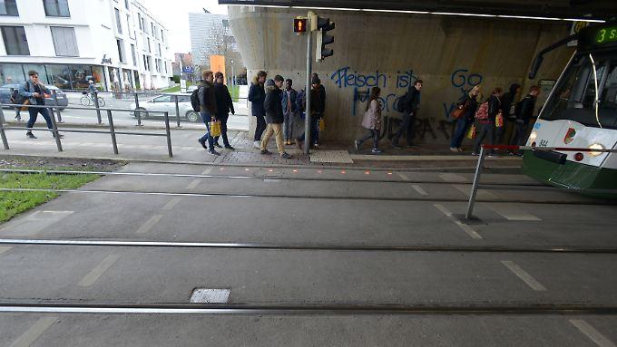 Blinkende LED-Leuchten im Boden sollen Smartphone-Nutzer auf das Rotlicht der Ampel am Fußgängerüberweg hinweisen.