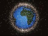Wie ein dichter Bienenschwarm: Tausende Trümmerteile früherer Weltraummissionen kreisen neben intakten Satelliten um die Erde.