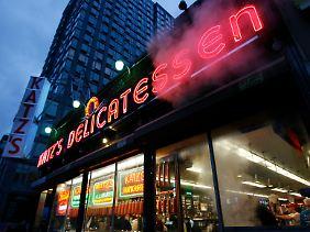 Katz's Delicatessen ist eine New Yorker Institution, immer voll und ziemlich teuer.