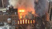 Bei einem Großbrand im Zentrum von New York ist eine serbisch-orthodoxe Kirche schwer beschädigt worden.