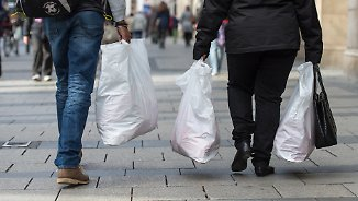 Gebühr zum Schutz der Umwelt: Kostenpflichtige Plastiktüten - was passiert mit dem Geld?