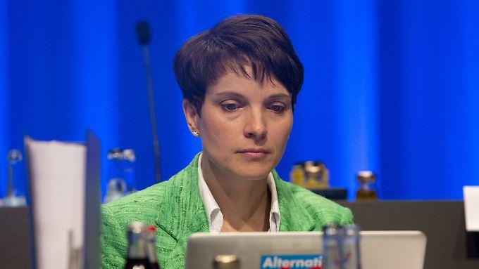 Frauke Petry bei der Mitgliederversammlung der AfD in Stuttgart. Die aktuelle Umfrage wurde vor dem Parteitag erhoben.