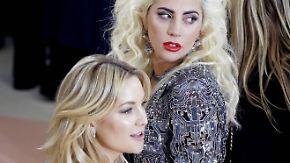 Promiauflauf bei der Met Gala in New York: Stars hüllen sich in futuristische Looks