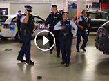 #runningmanchallenge: Polizisten begeistern mit Werbetanz