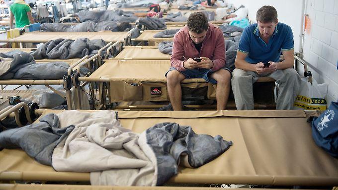 Zwei junge syrische Flüchtlinge in einer Notunterkunft in Stuttgart.