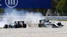 Silbernes Schreckensszenario: Schon in Runde 1 landete bei Mercedes-Boliden in Barcelona im Kiesbett.