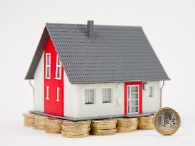 Kosten für Wohn-Reparaturarbeiten, die ein Mieter veruracht hat, kann der Eigentümer steuerlich absetzen, befand das Finanzgericht Düsseldorf.