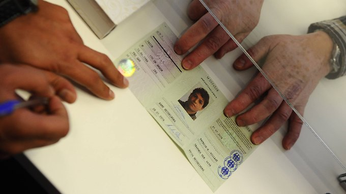 Ein irakischer Flüchtling erhält einen Ankunftsnachweis. Bis über seinen Asylantrag entschieden wird, können Jahre vergehen.