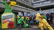 In Hamburg protestierten Naturschützer vor dem Congress Centrum (CCH) gegen den Einsatz des Pflanzenschutzmittels Glyphosat.