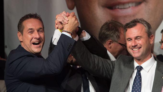 Demonstrativer Jubel: Heinz-Christian Strache und Norbert Hofer geben sich die Hand - doch das Ergebnis hat seine Tücken.