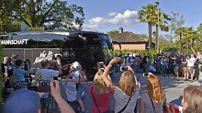 Ankunft im Trainingslager in Ascona: Fans bereiten DFB-Team lautstarken Empfang