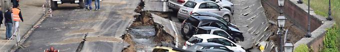 Der Tag: 15:07 Straßenloch in Florenz verschluckt 20 Autos