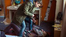 Sascha (Nino Böhlau) schlägt auf seine Mutter Manuela (Julischka Eichel) ein.