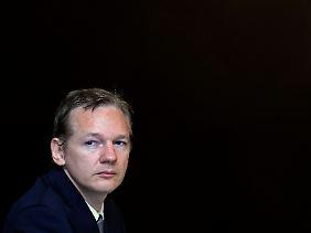Julian Assange bei einer Pressekonferenz in London, auf der er die jüngsten Enthüllungen rechtfertigte.