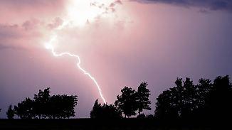 Ein Toter, Dutzende Verletzte: Blitze schlagen auf Fußballfeld und Kindergeburtstag ein
