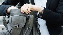 """""""Darf ich mal in die Tasche sehen?"""": So reagiert man bei Diebstahl-Kontrollen"""