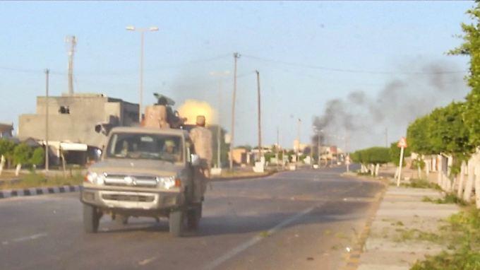 Die libyschen Regierungstruppen sind aktuell dabei, den IS aus seinem Machtzentrum Sirte zu vertreiben.