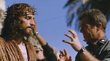 """Mel Gibson mit dem Jesus-Darsteller James Caviezel während der Dreharbeiten von """"Die Passion Christi""""."""
