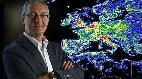 """Fabio Falchi, Projektleiter des """"New World Atlas of the Artificial Sky Brightness"""" mit einer Karte der Lichtverschmutzung von Europa."""