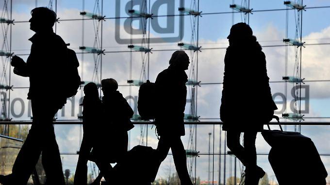 Fahrgäste betroffen: Bahn bedauert Streiks