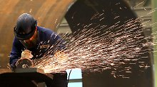 Die Bundesbank weist auf den Bevölkerungsrückgang und die Alterung der Erwerbstätigen hin.