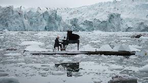 Sanfte Töne vor eisiger Kulisse: Pianist spielt gegen die Gletscherschmelze an