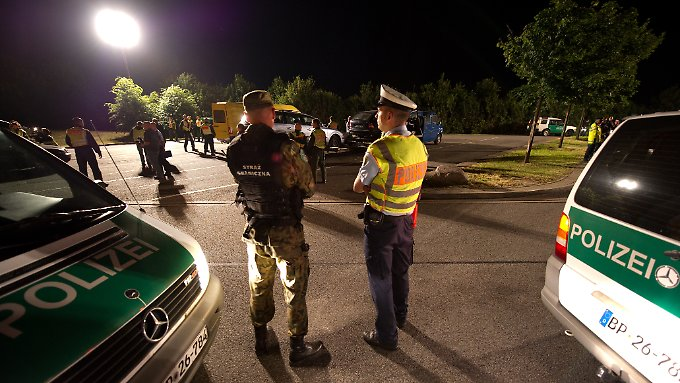 Deutsche und polnische Polizisten bei einer Schwerpunktaktion gegen Menschenhandel an der Grenze.