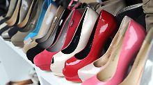 Rund 300 Paar Damenschuhe in allen Formen und Farben soll der Mann in 3 Jahren entwendet haben.