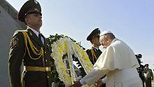 Nach der Kranzniederlegung und einem Gebet für die Opfer, besucht Papst Franziskus Nachfahren von Überlebenden des Massakers.