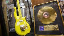 Neben der maßangefertigten Gitarre standen auch Princes Goldene Schallplatten zum Verkauf.