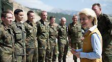 Die Ministerin 2014 bei einem Truppenbesuch in der Türkei.