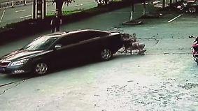 Dramatische Szenen aus China: Fahrerloses Auto überrollt Mann in Liegestuhl