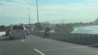 Gefährlicher toter Winkel: Biker stürzt nach Kollision kopfüber Brücke hinunter