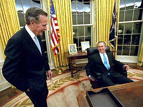 Am Tag der Amtseinführung mit dem Vater am Arbeitsplatz im Oval Office.