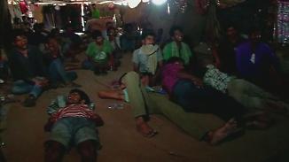 Illegales Kino unter der Brücke: Inder schauen Filme, um ihre Ängste zu vergessen