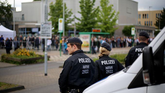 Einige hundert Bürger, die den Informationsabend besuchen wollten, fanden in der Aula keinen Platz.