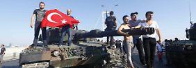 Erdogan-Anhänger posieren in Istanbul auf einem Panzer.