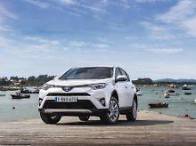 Als Alternative zu Benzin- und Dieselmodellen fährt der Toyota RAV4 nun auch als Hybrid vor.