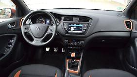 Die farbigen Applikationen peppen das schlichte Interieur des Hyundai i20 Active auf.