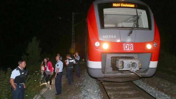 Der jugendliche Täter attackierte in einem Regionalzug anscheinend wahllos Menschen mit einer Axt und einem Messer.