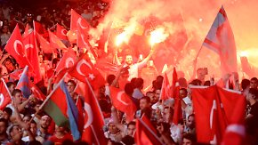 Rotes Fahnenmeer auf dem Taksim-Platz: Erdogans Säuberungswelle überrollt die Türkei