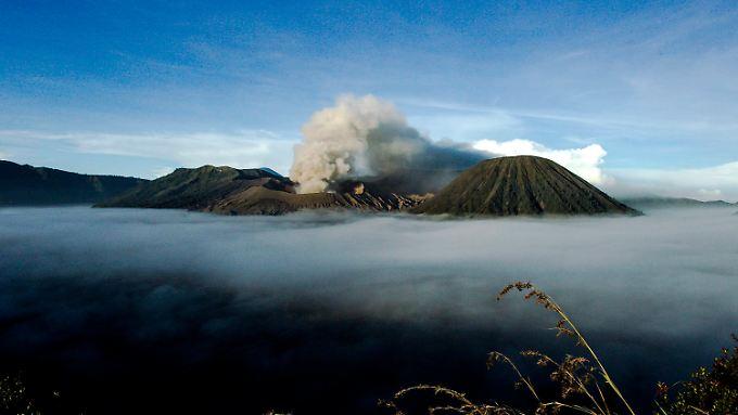 Das Bild zeigt den Ausbruch des Vulkans Bromo heute Morgen.